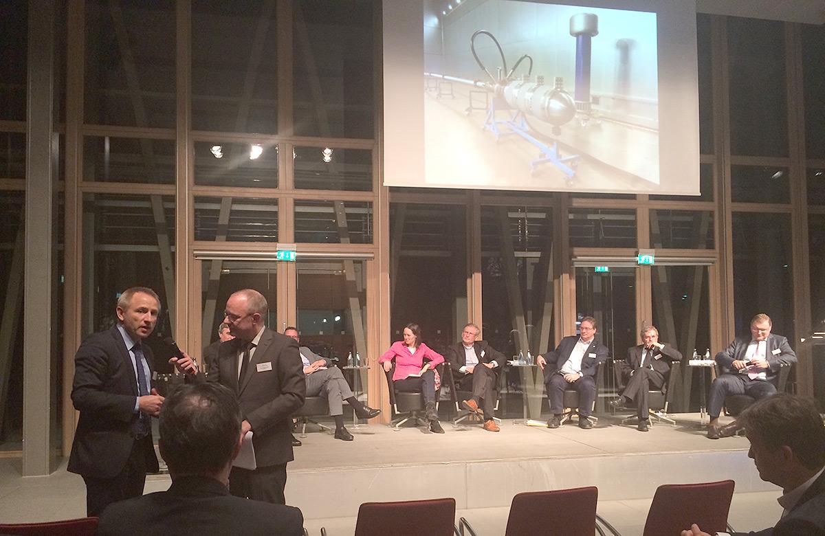 Dr. Hepper, Geschäftsführer Bilfinger Noell GmbH, während der Podiumsdiskussion in Berlin