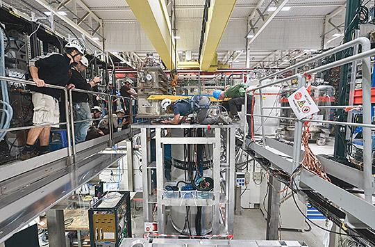 Das CERN-Team setzt das Detektorsystem in den supraleitenden Magneten ein.